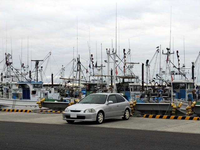 大津港と漁船